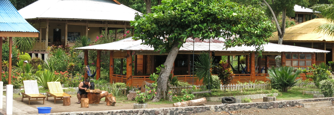 2fish_lembeh_cafe-and-restaurant-behind.jpg